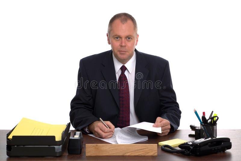 Geschäftsführer an seinem Schreibtisch lizenzfreie stockfotografie