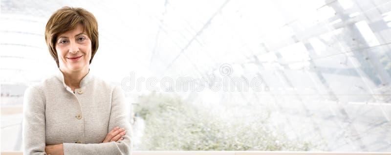 Geschäftsfahne - ältere Geschäftsfrau lizenzfreie stockfotografie