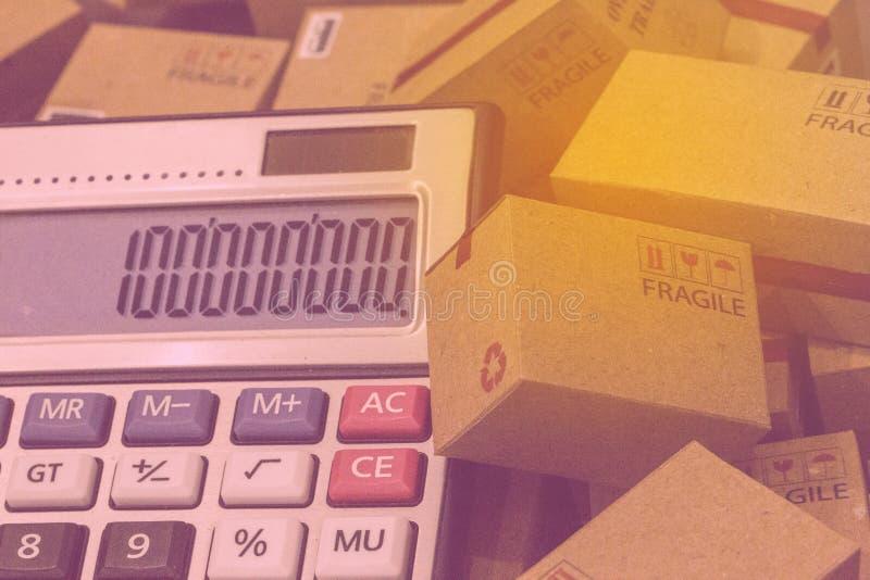 Geschäftsfinanzierung: Papierkästen und -taschenrechner mit Zahlen appe lizenzfreies stockfoto