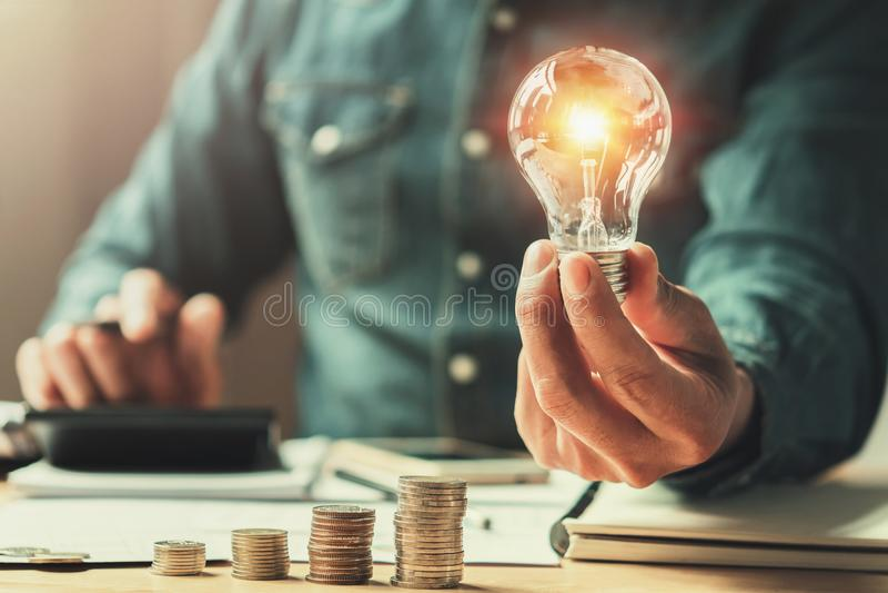 Geschäftsfinanzierung und Einsparungsenergie neue Ideensolarenergie mit Wechselstrom stockbilder