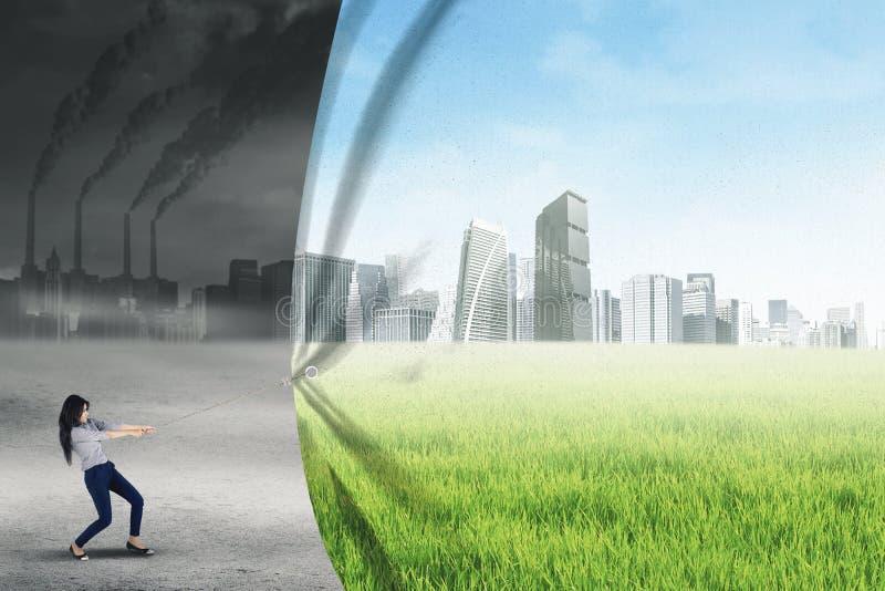 Geschäftsfrau ändert Umwelt lizenzfreie stockfotos