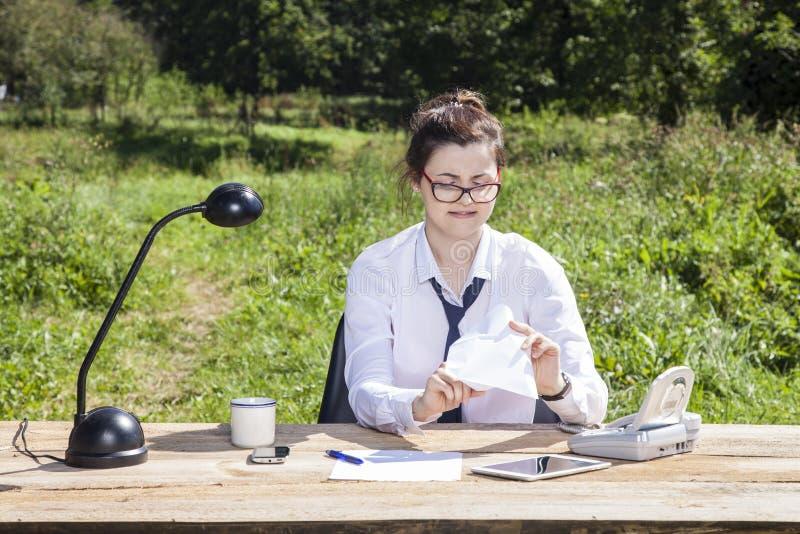 Geschäftsfrau öffnet einen Umschlag mit einem Geschenk lizenzfreie stockbilder