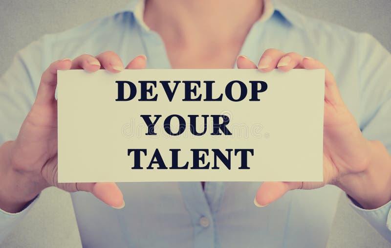 Geschäftsfrau übergibt das Halten des Kartenzeichens mit entwickeln Ihre Talenttextnachricht stockfoto