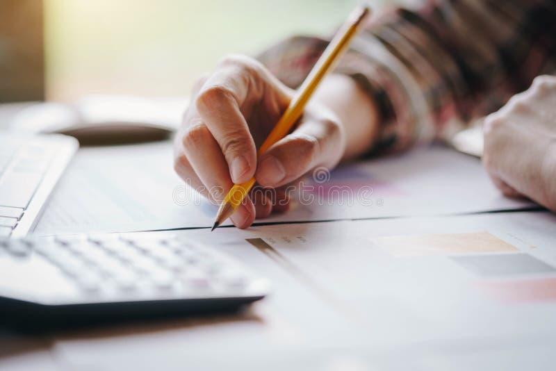 Geschäftsfrau übergibt den Behälter, der mit Taschenrechner für arbeitet, berechnen Unternehmensgewinnumsatzgeschäft Geschäftsfin lizenzfreie stockfotografie