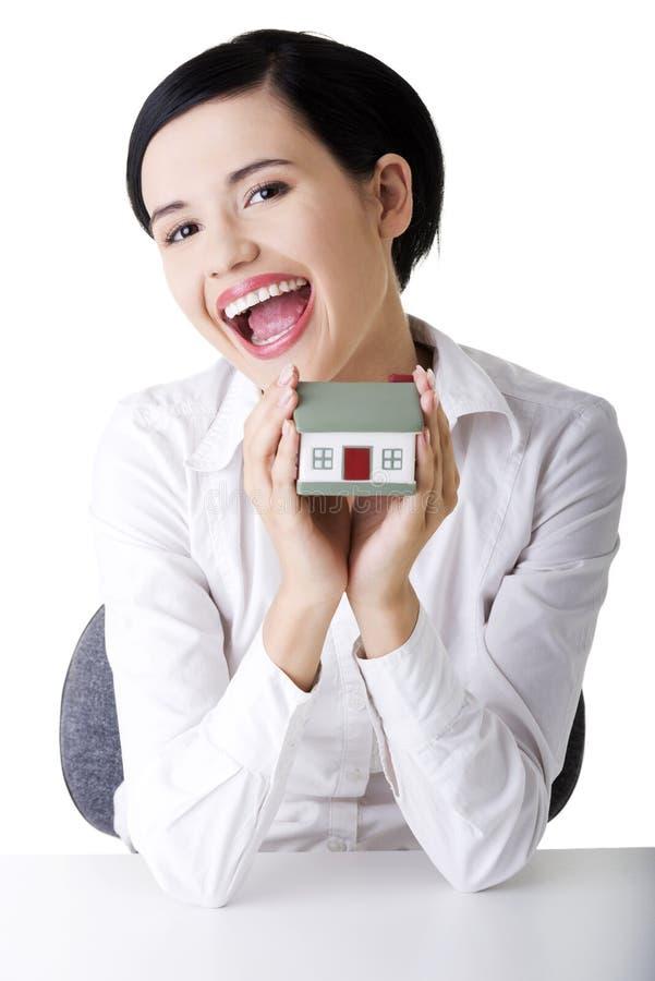 Download Geschäftsfrau übergibt Holding Und Schützendes Haus. Stockbild - Bild von arme, architekt: 27729717