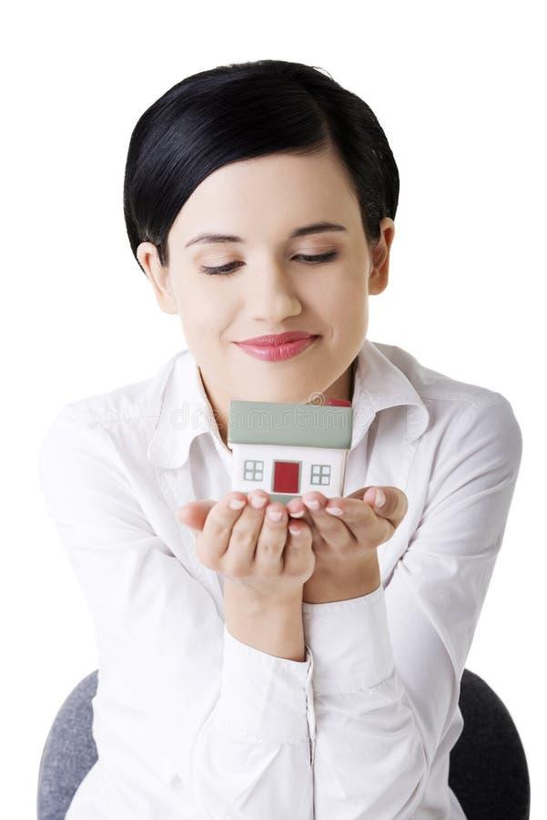 Download Geschäftsfrau übergibt Holding Und Schützendes Haus. Stockfoto - Bild von holding, wohnung: 27729728