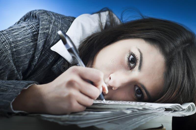 Geschäftsfrau überwältigt durch Schreibarbeit lizenzfreie stockbilder