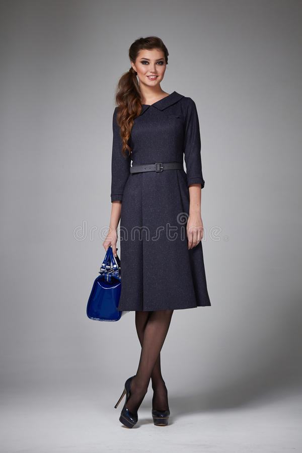 Geschäftsfrau-Abendmake-up kleidet für Sitzungen und Wege stockfoto