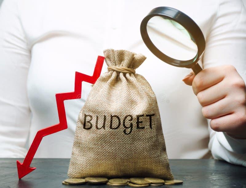 Geschäftsfrau analysiert das Budget in der Firma Verringerte Gewinne Finanzkrise und Bankrott Falsches Geschäft Verlust von stockfotografie