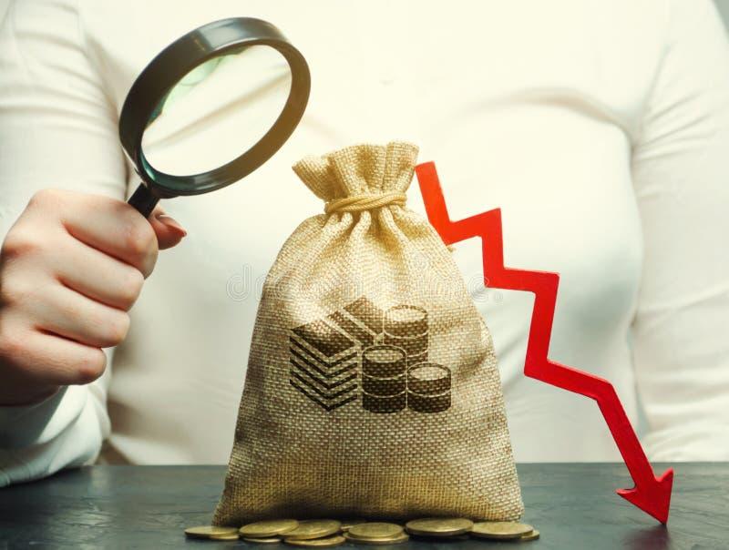 Geschäftsfrau analysiert das Budget in der Firma Verringerte Gewinne Finanzkrise und Bankrott Falsches Geschäft Verlust von lizenzfreie stockfotografie