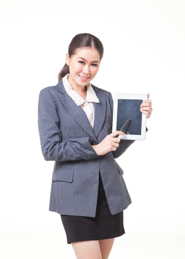 Geschäftsfrau anwesend mit Tablette des leeren Bildschirms stockbild