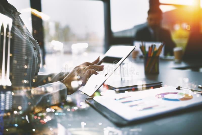 Geschäftsfrau arbeitet im Büro mit einer Tablette Konzept des Internet-Teilens und des Firmenstarts Doppelte Berührung lizenzfreies stockbild