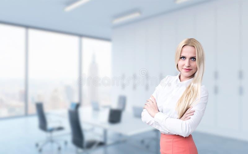 Geschäftsfrau auf Bürohintergrund lizenzfreie stockbilder