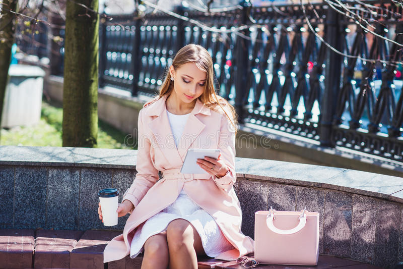 Geschäftsfrau auf Bruch im Park Junge Berufsgeschäftsfrau, die den Tablet-Computer im Freien verwendet Kaukasisches weibliches Ba stockfotografie