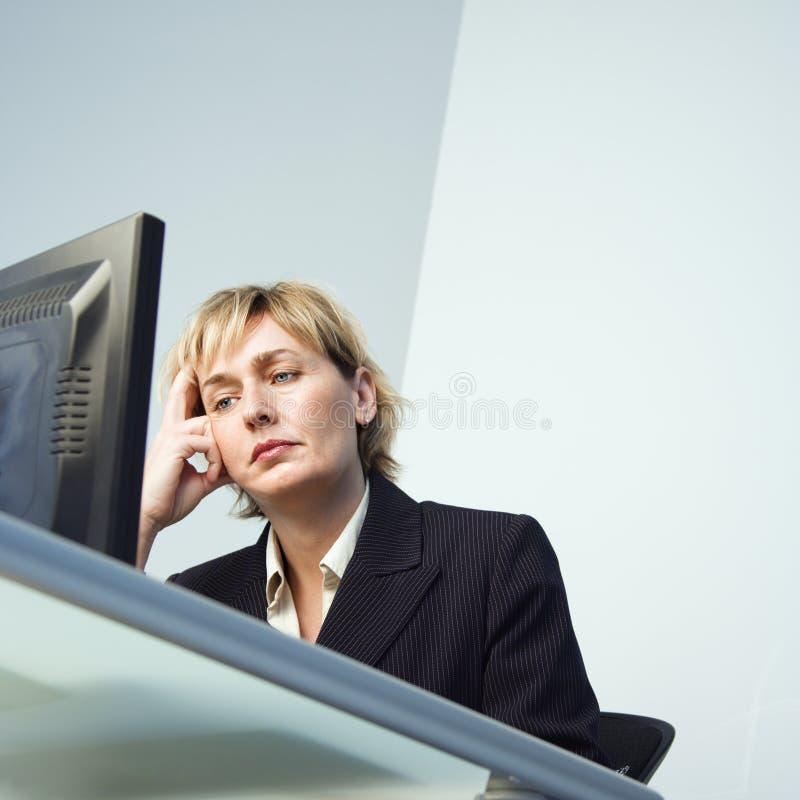 Geschäftsfrau auf Computer. lizenzfreies stockfoto