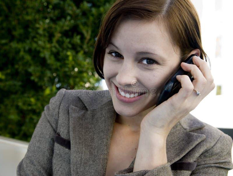 Geschäftsfrau auf Handy stockfoto