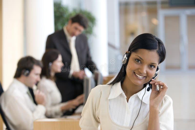 Geschäftsfrau auf Kopfhörer stockfotos