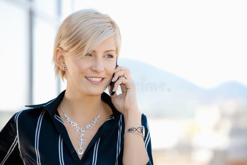 Geschäftsfrau auf Mobiltelefon stockfotos