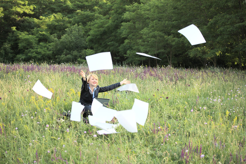 Geschäftsfrau auf Naturfangdokumenten stockbild