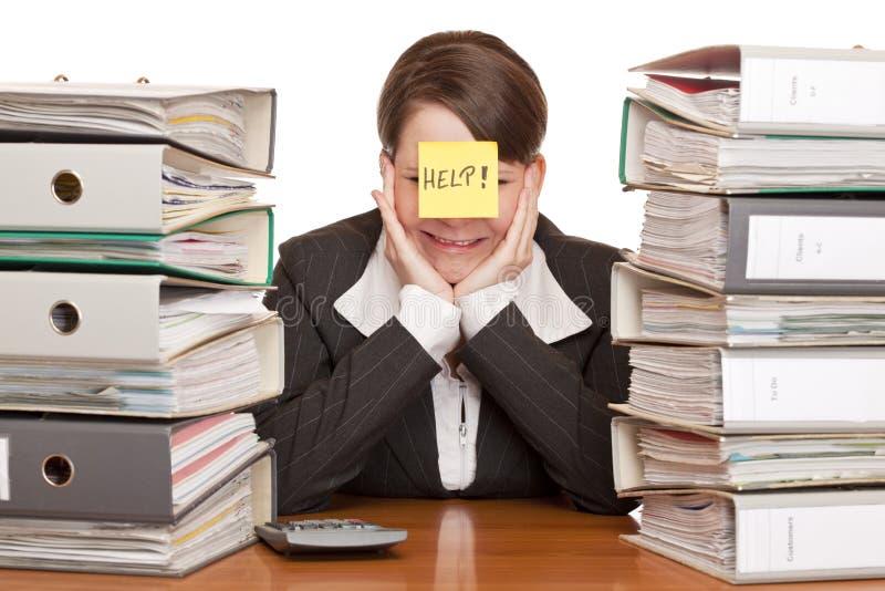 Geschäftsfrau in Büro ist desperated und Schreie lizenzfreie stockbilder