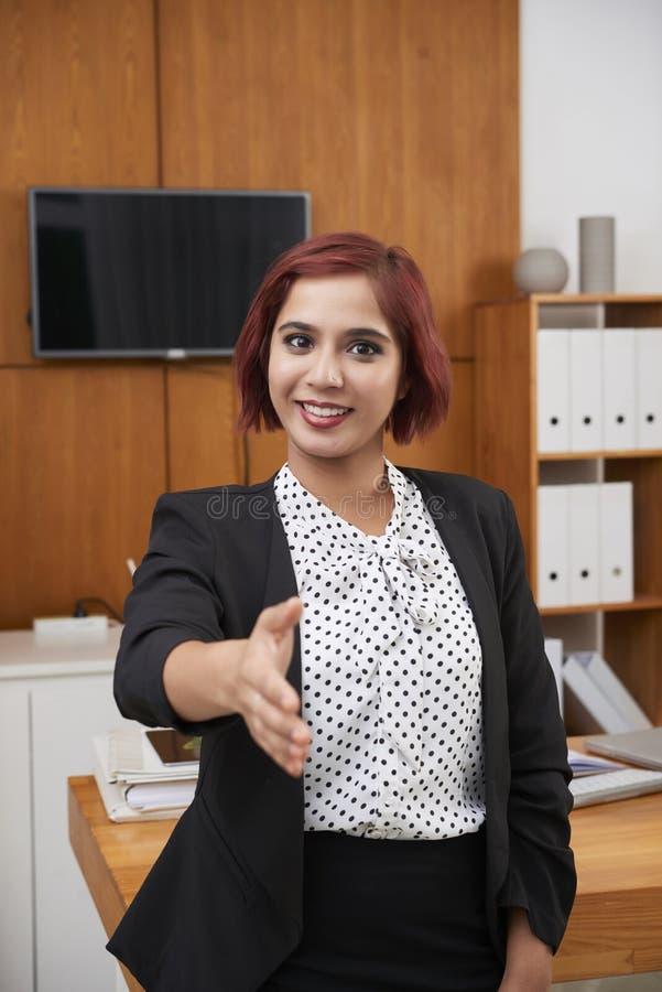 Geschäftsfrau bereit zum Händedruck stockbilder