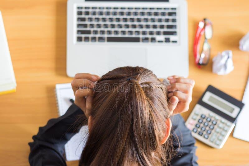 Geschäftsfrau betont und Kopfschmerzen beim Arbeiten an einem Computer lizenzfreie stockfotos