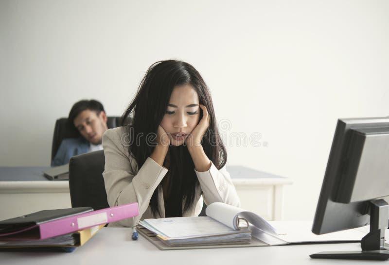 Geschäftsfrau betont und unglücklich für Arbeit im Büro Lebensstilsdruck lizenzfreies stockbild
