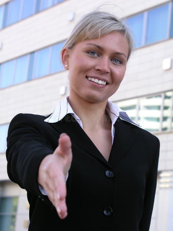 Geschäftsfrau betriebsbereit, Hände zu rütteln lizenzfreie stockfotografie