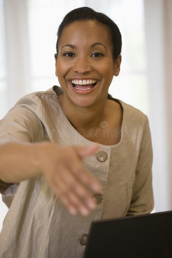 Geschäftsfrau betriebsbereit, Hände zu rütteln stockbilder