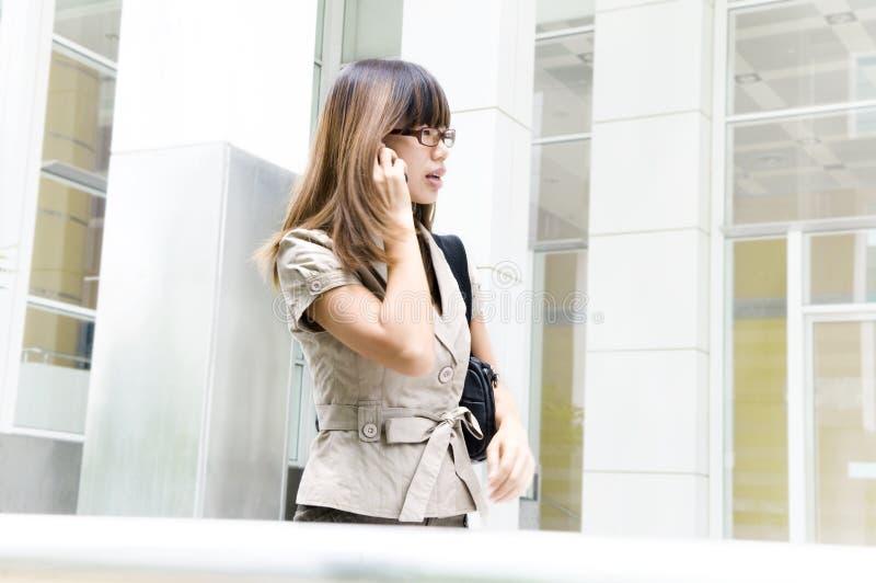 Geschäftsfrau in Bewegung lizenzfreie stockfotos