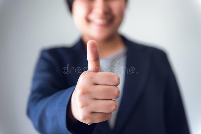 Geschäftsfrau-Buchhalter Giving Thumbs Up beim Betrachten der Kamera, Nahaufnahme-Porträt der Geschäftsfrau Showing Raise Hands u lizenzfreie stockfotos