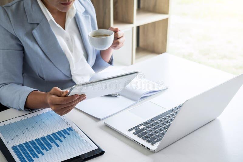 Geschäftsfrau-Buchhalterfinanzierarbeitsrechnungsprüfung und Berechnung Jahresbericht-Bilanzjahresabschlusses der Ausgabe des, tu stockfotografie