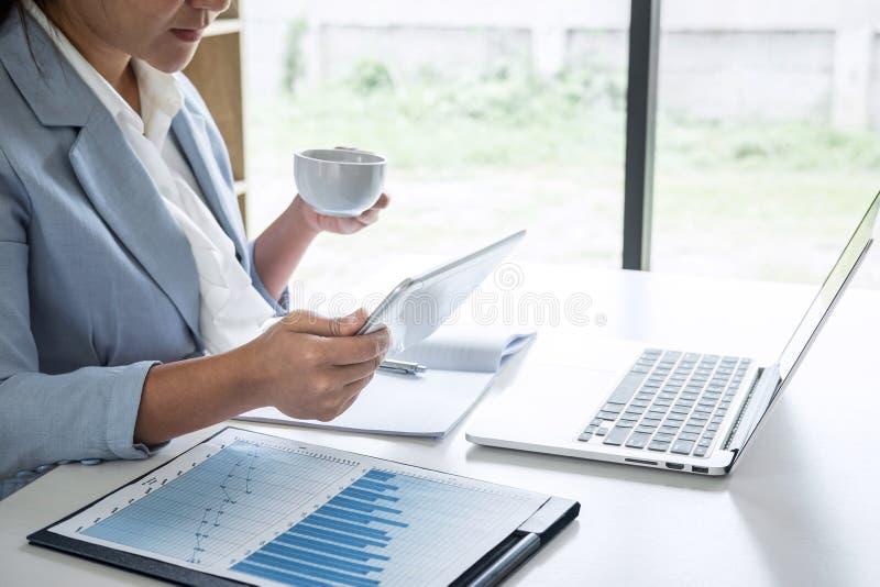 Geschäftsfrau-Buchhalterfinanzierarbeitsrechnungsprüfung und Berechnung Jahresbericht-Bilanzjahresabschlusses der Ausgabe des, tu lizenzfreie stockbilder