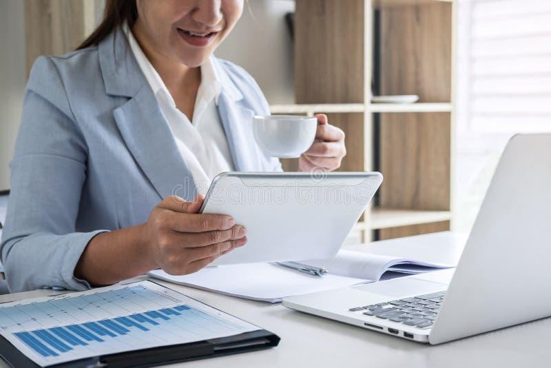 Geschäftsfrau-Buchhalterfinanzierarbeitsrechnungsprüfung und Berechnung Jahresbericht-Bilanzjahresabschlusses der Ausgabe des, tu stockfoto