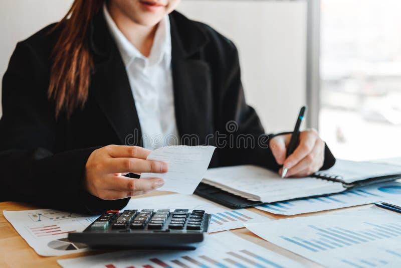 Geschäftsfrau Buchhaltungs-Finanzinvestition auf wirtschaftlichem Geschäft und Markt Taschenrechner Kosten lizenzfreies stockfoto