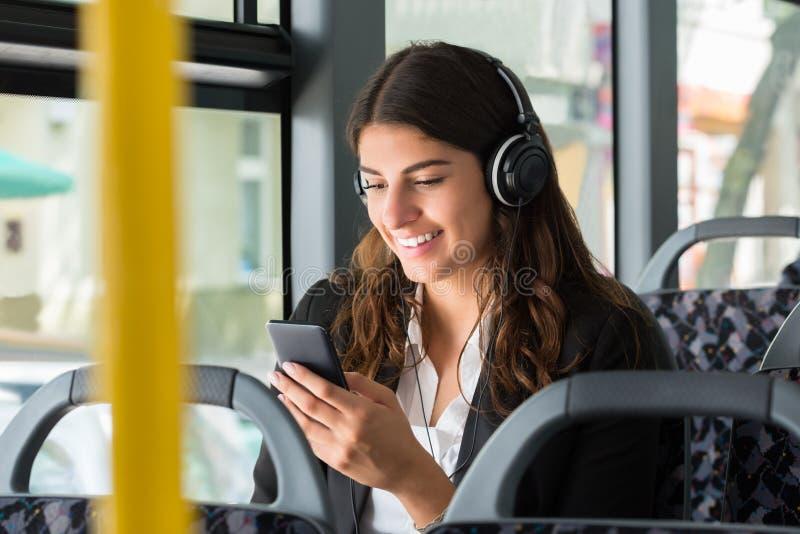 Geschäftsfrau-With Cellphone Listening-Musik lizenzfreie stockfotografie