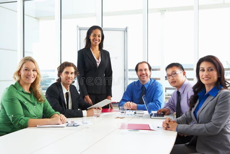 Geschäftsfrau-Conducting Meeting In-Sitzungssaal stockbilder