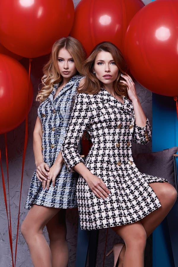 Geschäftsfrau-Dame mit zwei Schönheiten Körper-Form Brunette perfekter lizenzfreie stockfotografie