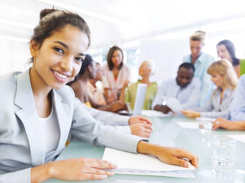 Geschäftsfrau in der Konferenz mit Mitarbeitern lizenzfreies stockfoto