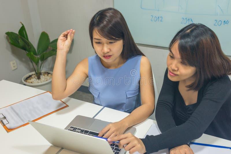 Geschäftsfrau, die über das neue Projekt erklärt, um sich zusammenzutun lizenzfreie stockfotos