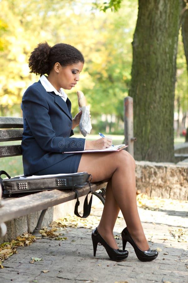 Geschäftsfrau, die Anmerkung bildet stockbilder