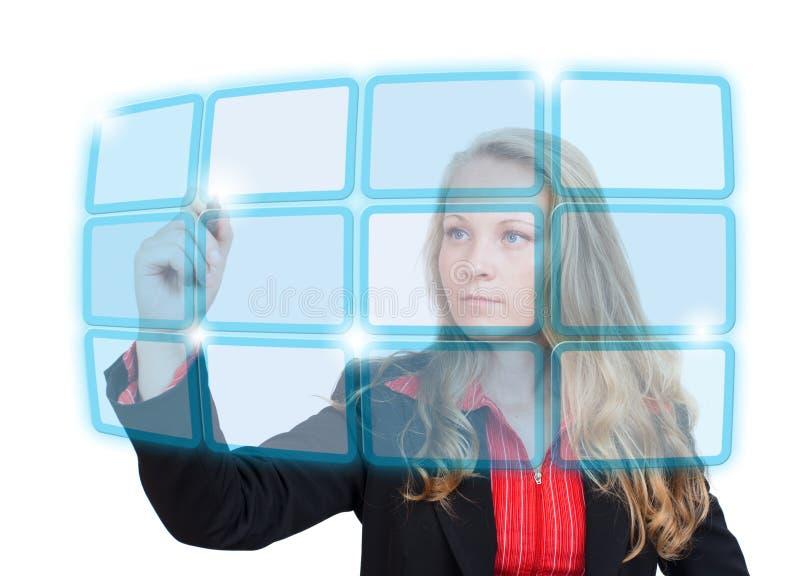 Geschäftsfrau, die auf blauen virtuellen Bildschirm zeigt lizenzfreie abbildung