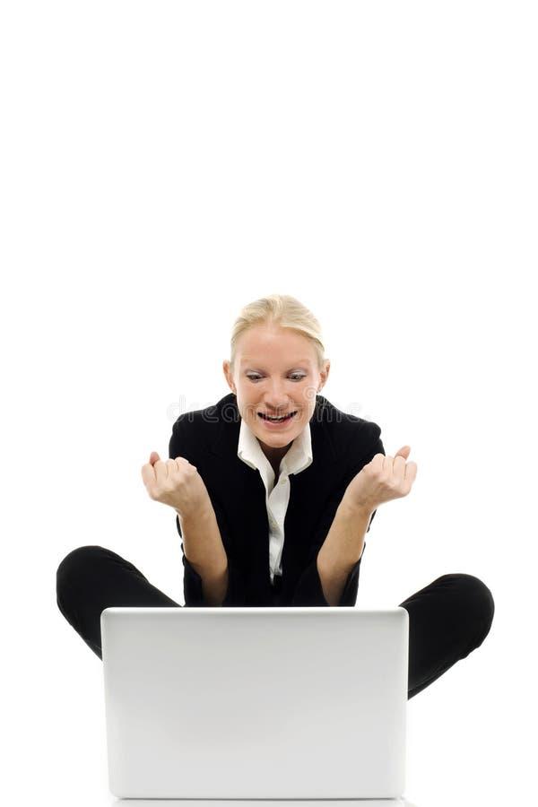 Geschäftsfrau, die auf dem Fußboden mit Laptop sitzt lizenzfreies stockfoto
