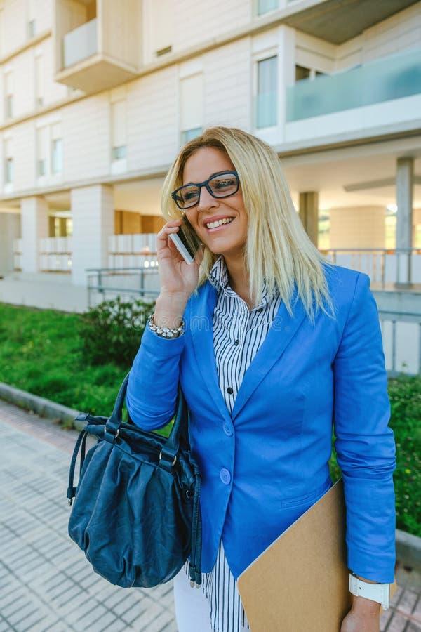 Geschäftsfrau, die auf dem Mobile spricht stockfoto