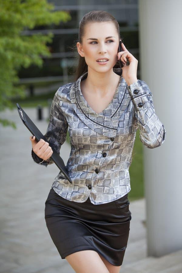 Geschäftsfrau, die auf Handy geht und spricht stockbilder