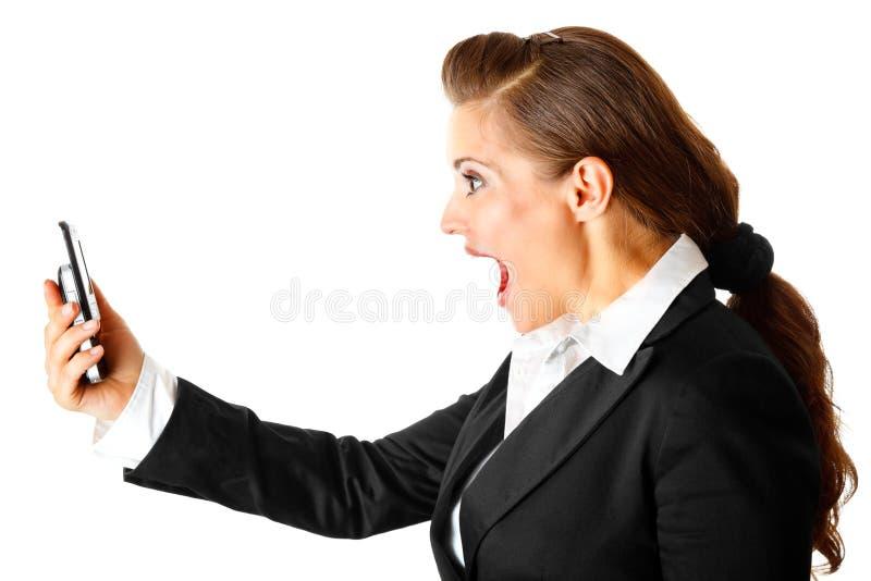 Geschäftsfrau, die auf Handy kreischt lizenzfreies stockbild