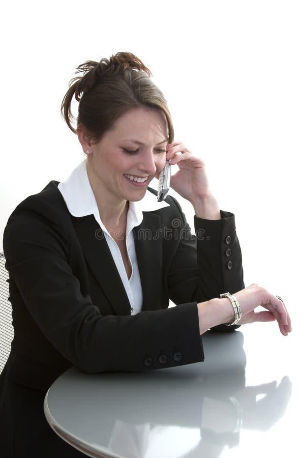 Geschäftsfrau, die auf Handy spricht stockfotografie