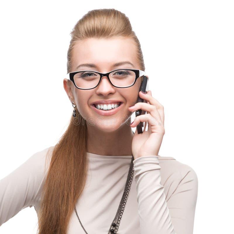 Geschäftsfrau, die auf Handy spricht lizenzfreies stockfoto