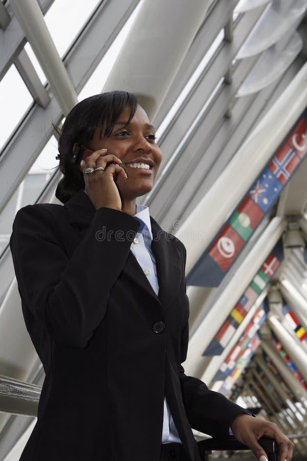 Geschäftsfrau, die auf ihrem Mobiltelefon spricht lizenzfreies stockbild