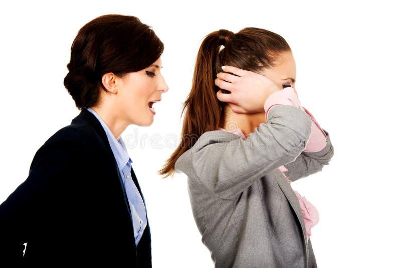 Geschäftsfrau, die auf ihrem Partner schreit stockfoto